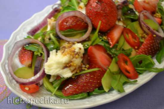Салат из авокадо с клубникой и моцареллой