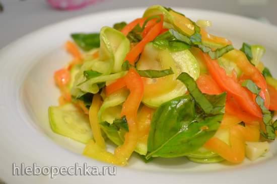 Салат из сырых кабачков со сладким перцем и базиликом
