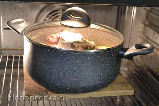 Воскресный обед из духовки: рулька свиная, запеченная с кислой капустой и айвой