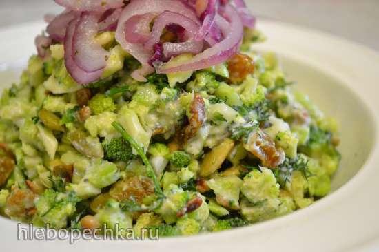 Салат из сырой капусты брокколи, с изюмом и семенами подсолнечника и тыквы