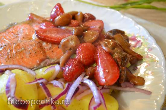 Красная рыба с картофелем на пару и гарниром из опят со свежей клубникой
