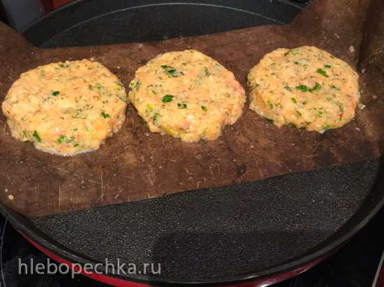 Бургер с рубленой котлетой из красной рыбы с булочкой из чернил каракатицы (и еще один вариант)