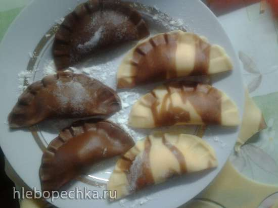 Шоколадные вареники с творогом и клубникой