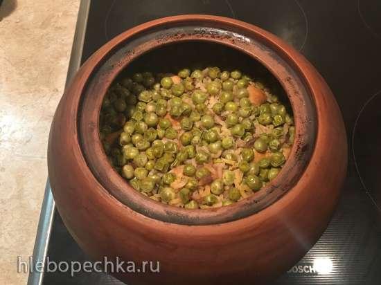 Рис с мясом, тыквой и зелёным горошком, томлёный в горшочке