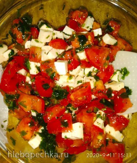 Салат из помидоров с брынзой и чесноком