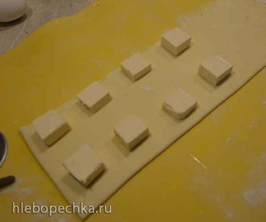 Слойки-малыши с плавленным сыром и кунжутиком