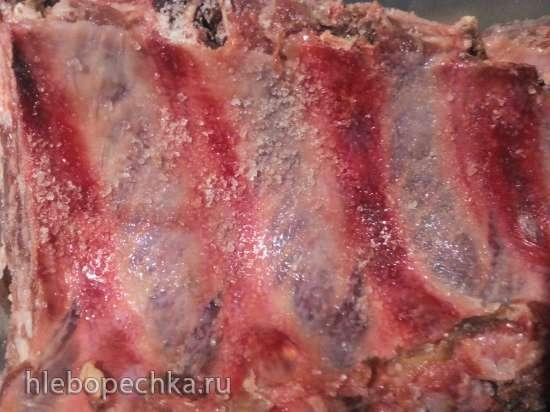 Ребра свиные, запеченные под грилем, с гарниром из винограда и груш