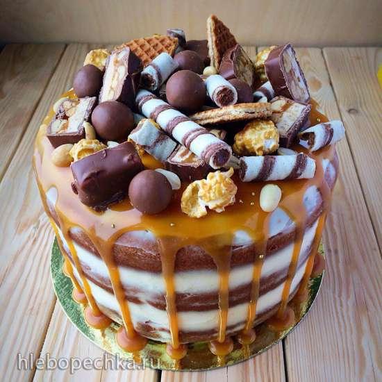 Торт украшенный сухофруктами