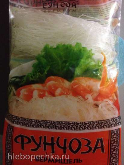 Теплый салат с кальмарами и рисовой лапшой