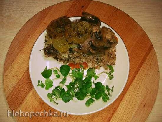 Запеканка из фарша индейки с овощами, грибами и орегано в керамической кастрюле в духовке