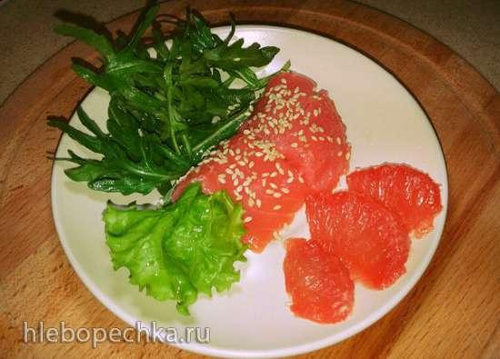 Форель малосольная с грейпфрутом, рукколой, салатными листьями и кунжутом