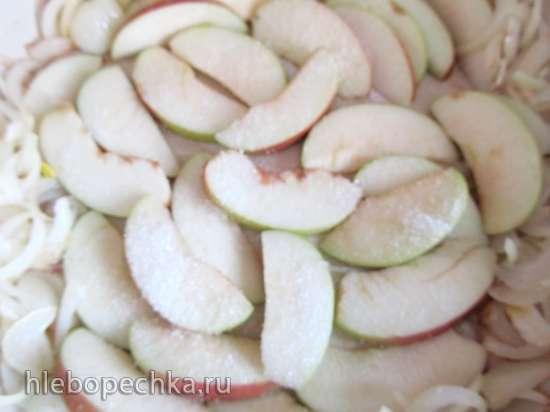Кальмары с луком и яблоками