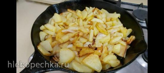 Картошка, жаренная на чугунной сковороде (+видео)