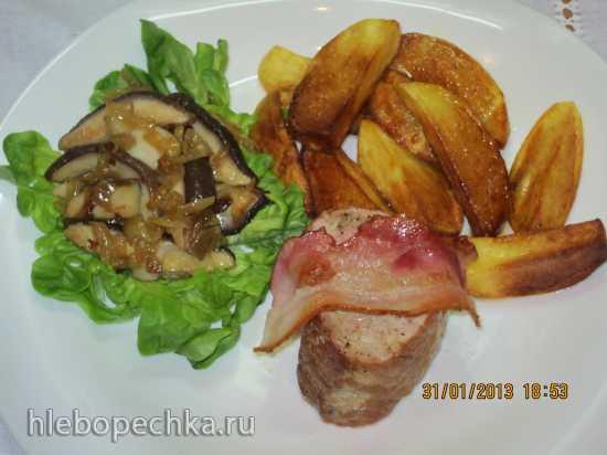 Свиная вырезка, запеченная с беконом и чесноком