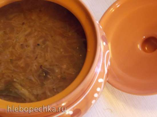 Щи постные с капустой, фасолью, грибами и черносливом под хлебной крышечкой