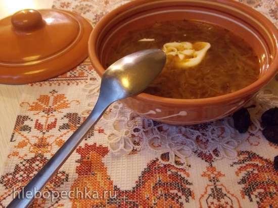 Щи постные другим манером с жареной капустой, фасолью, солеными грибами и копченым черносливом в горшочке под хлебной крышечкой