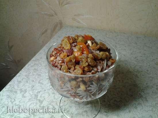 Салат из красного риса с курагой и изюмом