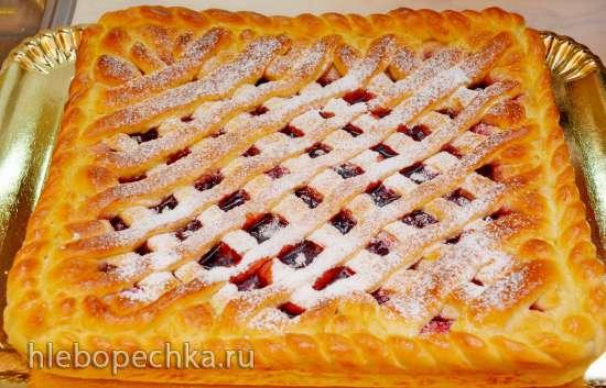 Сдобный сладкий пирог с брусникой и яблоком на основе теста для французских булочек