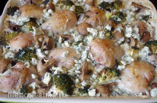 Курица с брокколи и шампиньонами, запеченная в сливках