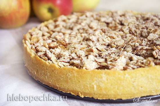 Яблочный тарт с заварным кремом и миндальным нугатином