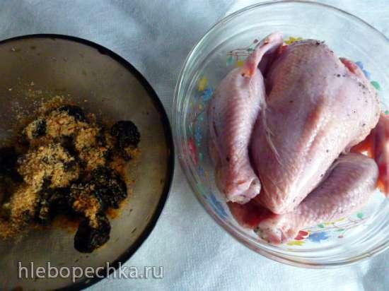 Цыпленок корнишон с черносливом и миндальной крошкой на яблоках
