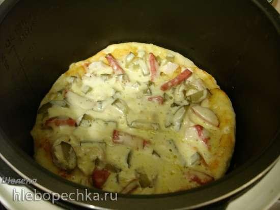 Пицца на толстой дрожжевой основе с курицей и солёным огурцом, приготовленная на режиме «Каша» (Polaris 0305)