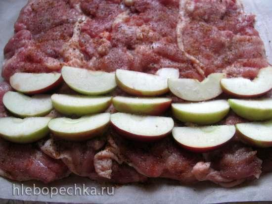 Рулет из куриных бедер с яблоками, орехами и тыквенными семечками