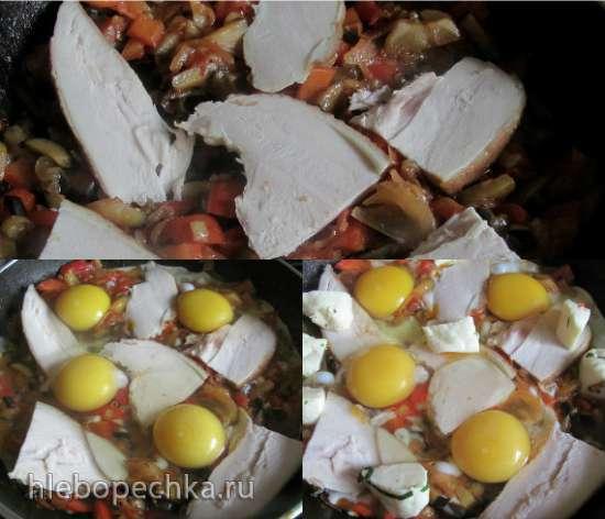 Яичница с овощами и копченой в домашних условиях куриной грудкой