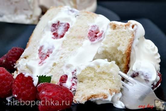 Ангельский торт со сливками и ягодами