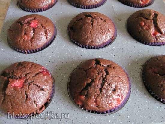 Постные шоколадные кексы с клубникой