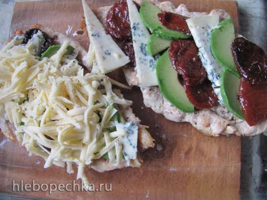 Куриное филе с голубым сыром, авокадо и вялеными помидорами