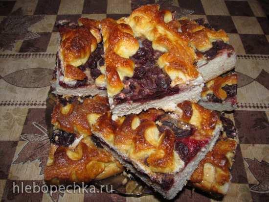 Сладкий открытый пирог с вишней и сливой