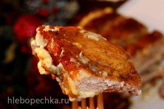 Каре из свинины с грибами и соусом морней