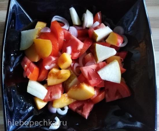 Салат из помидоров с нектарином и красным луком