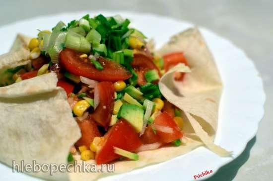 Салат Авокадо, помидор и кукуруза