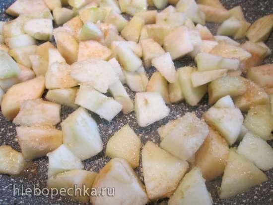Блинчики с яблоками, запеченные под творожным соусом