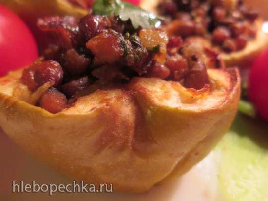Яблоки, фаршированные пряной чечевицей