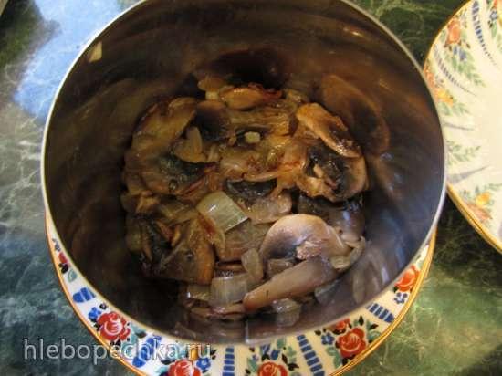 Салат с копченой индейкой и жареными шампиньонами