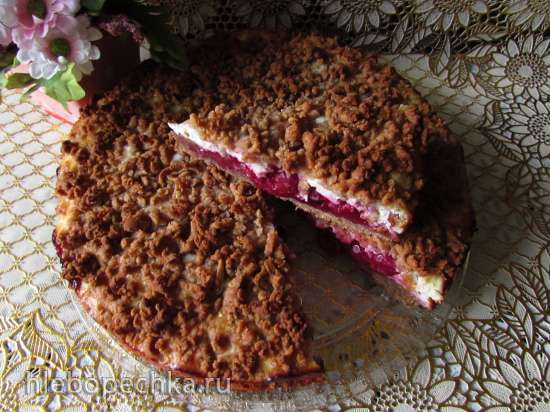 Тёртый ржаной пирог с  творожной начинкой и вишней