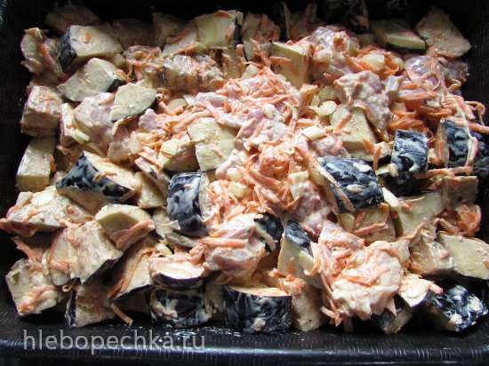 Куриные бедра, запечённые с баклажанами в сметане