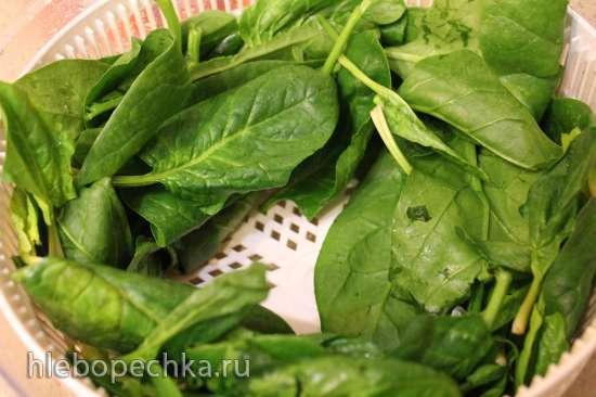 Котлеты из индейки со шпинатом на луковой подушке