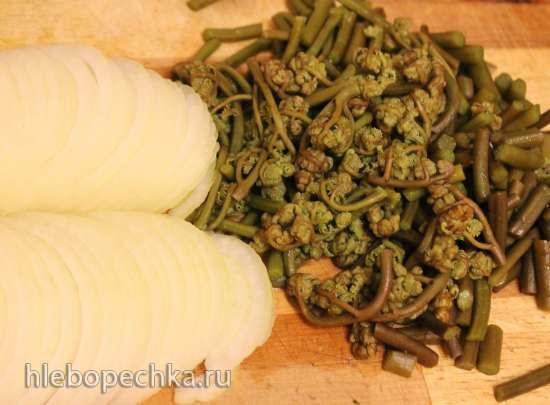 Куриная грудка в соусе из киви, запеченная с папоротником и топинамбуром в горшочке