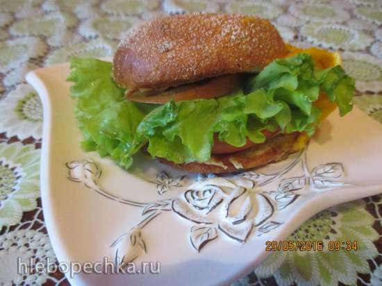 Бургер с омлетом и овощами