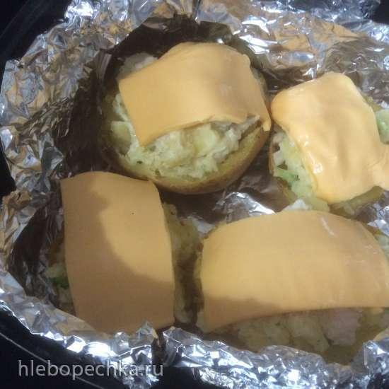 Печеная картошка с брокколи, сыром и куриной грудкой