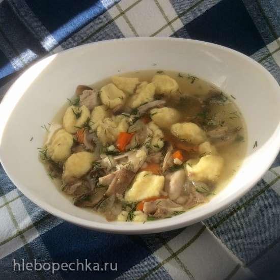 Куриный суп с булгуром, грибами и картофельными клецками