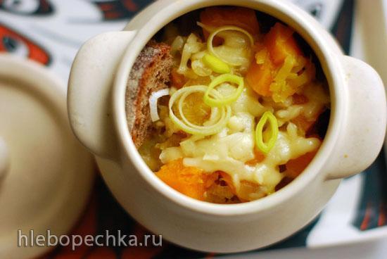 Суп из тыквы и лука порея, запеченный с сыром и ржаным хлебом