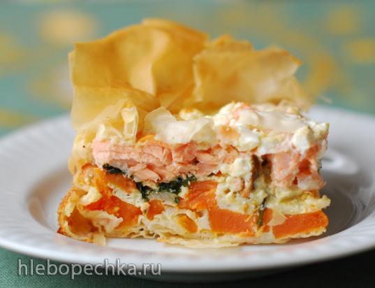 Пирог из теста фило с бататом, лососем и шпинатом