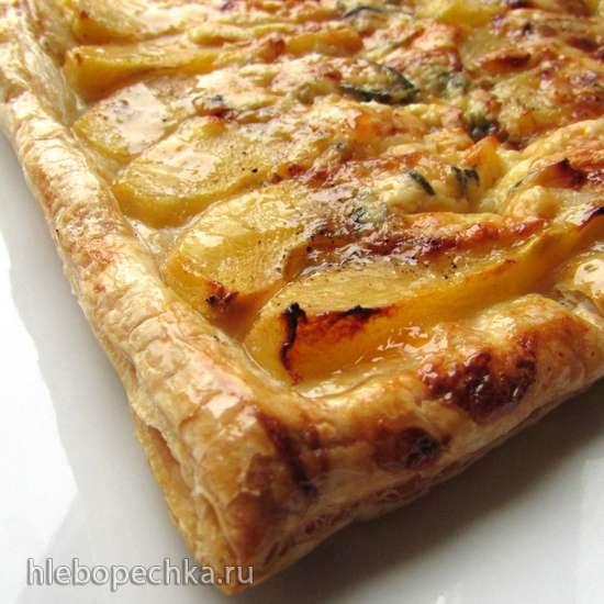 Пирог на слоеном тесте с грушами и сыром Дорблю
