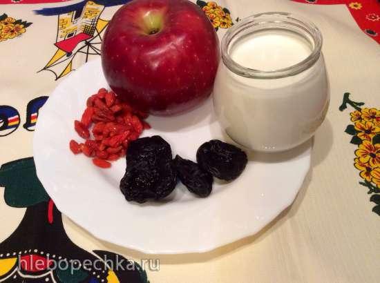 Десерт йогуртный с яблоком, черносливом и ягодой годжи (Daily Collection Мини-блендер Philips Blend&Go HR2874)