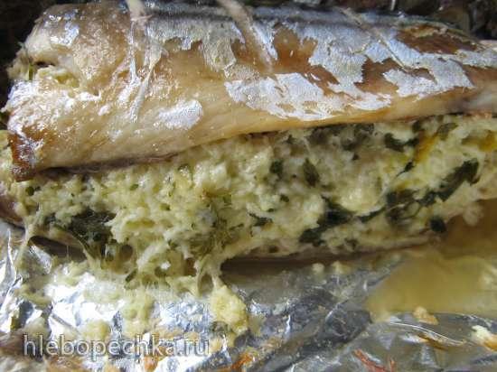 Скумбрия запеченная, фаршированная сыром и яйцами